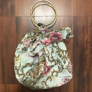 Beautiful embroidered evening bag! Lots of space!